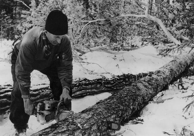 Skogsarbetare med motorsåg. Skogsmuseet i Lycksele.