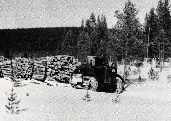 Traktortåg på snöpackad basväg. Åsele 1952.