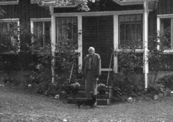 Nils Åhgren framför skogvaktarbostället Blocketorp. Foto Bengt Stenerås