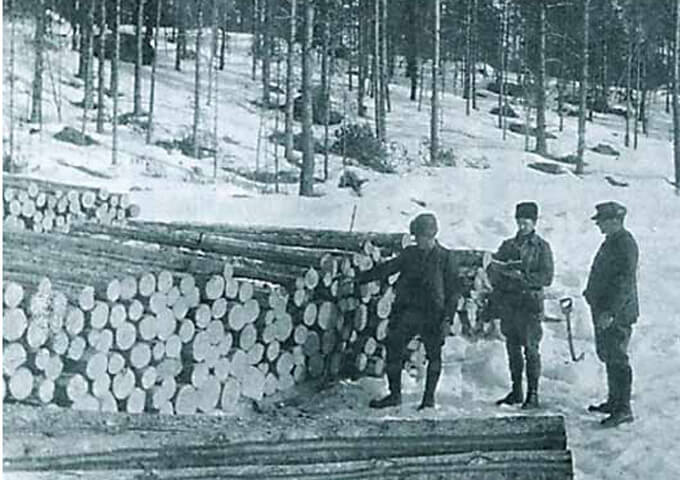 Mätning av virkestrave vid Rotälven, ca 1920-tal. Foto ur Dalälvarnas tummningsförenings bildarkiv.