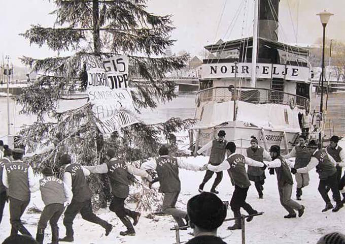 Skogsstudenternas julgransplundring på Nygårdskajen 1966. Foto Johan Kjellström.