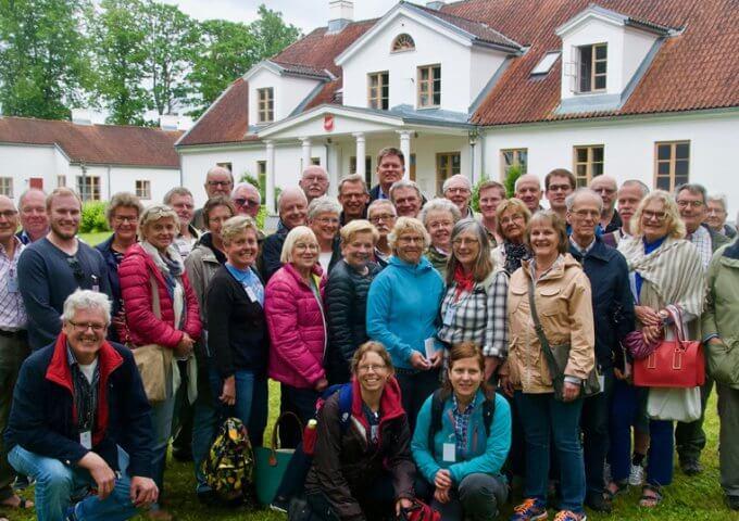 Framför gården Skangal i Lettland där Olof Palme tillbringade sin barndoms somrar. 2015.